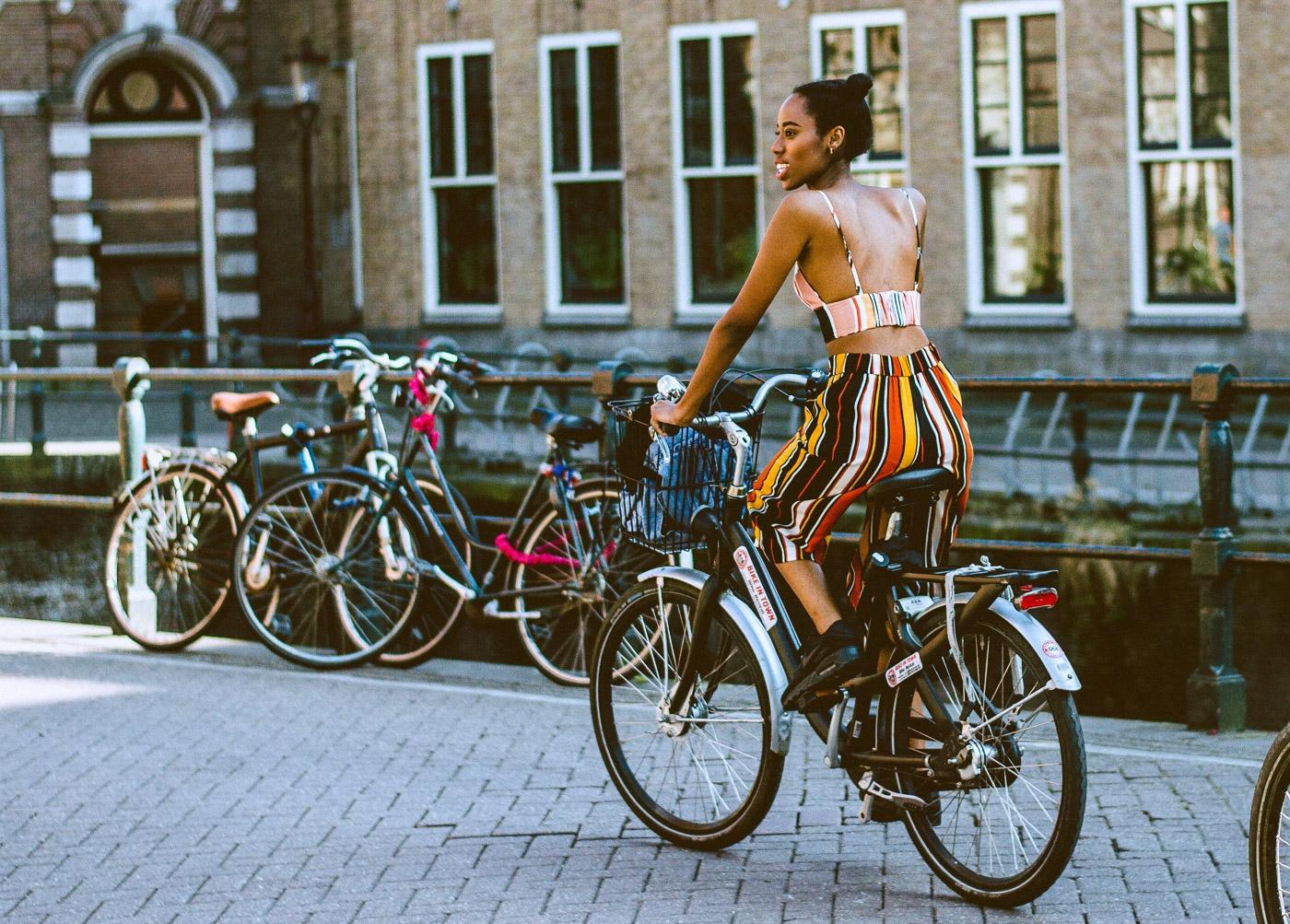 Chica en bicicleta paises bajos amsterdam